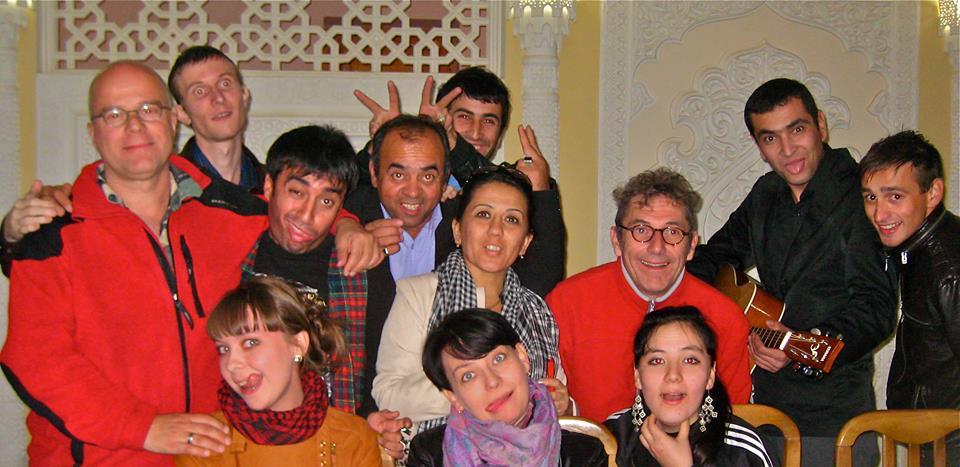 Clowns trainen in Oezbekistan met Roelof van Wijngaarden.